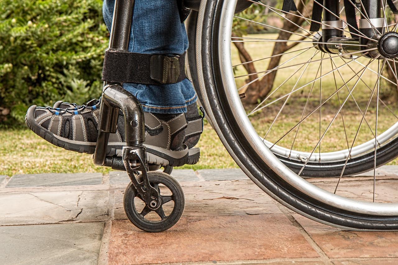 自動車事故により後遺障害者となったら「介護料の支給」が受けられます